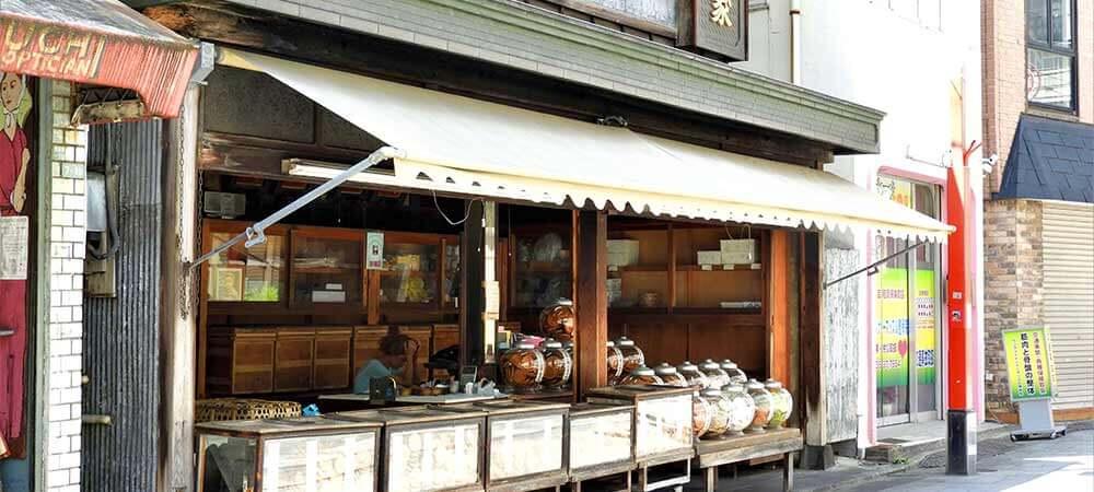 醤油の香り漂う昔懐かしい煎餅屋「浅香家」