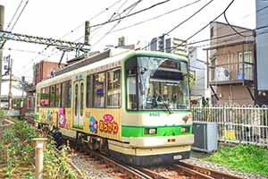 昭和レトロな雰囲気の駅舎と車両「東京さくらトラム(都電荒川線)三ノ輪橋停留場・さくらトラム」