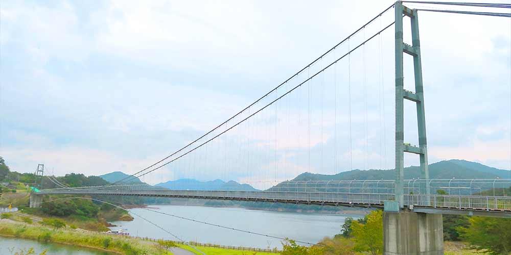 湖畔の景色を眺めながら宮ヶ瀬湖の上を渡る「水の郷大吊り橋」